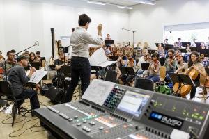 Probe 1: Andreas Schaerer (links) und Lucerne Festival Academy Orchestra ©Stefan Deuber
